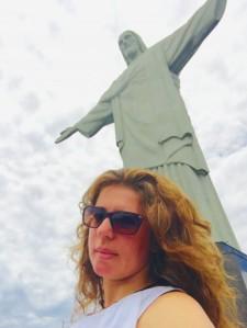DA JANELA VÊ-SE O CORCOVADO,O REDENTOR, QUE LINDO
